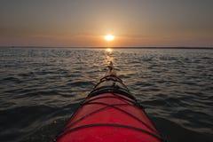 El Kayaking en salida del sol Fotografía de archivo libre de regalías