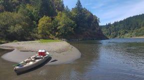 El Kayaking en un día de verano perezoso en Rogue River de Oregon imagen de archivo