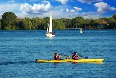 El Kayaking en un lago Imágenes de archivo libres de regalías