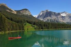 El Kayaking en un lago canadiense imagen de archivo