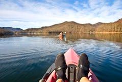 El Kayaking en un lago en invierno Foto de archivo libre de regalías