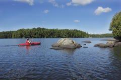 El Kayaking en un lago ontario Imagen de archivo