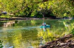 El Kayaking es un grande por qué pasar la mañana en el río imagen de archivo