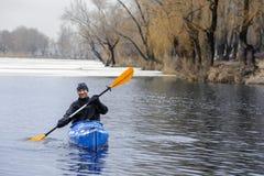 El kayaking extremo en el invierno del río Foto de archivo