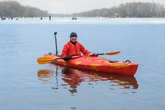 El kayaking extremo en el invierno del río Imagen de archivo
