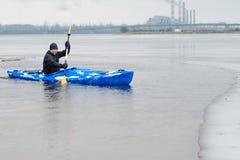 El kayaking extremo en el invierno del río Imagen de archivo libre de regalías