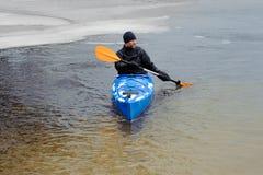 El kayaking extremo en el invierno del río Foto de archivo libre de regalías