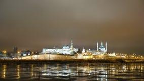 El Kazán el Kremlin en el paisaje de la noche Vista de la mezquita y del Kremlin del río Kazanka Foto de archivo libre de regalías