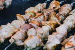 El kebab del Bbq del primer asó a la parrilla, caliente, los pinchos en el gril imagenes de archivo