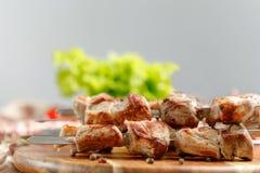El kebab del cerdo cocinó en un fuego abierto Aún-vida en un fondo de madera Fotos de archivo libres de regalías