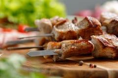 El kebab jugoso y apetitoso del cerdo cocinó en un fuego abierto Aún-vida en un fondo de madera Fotos de archivo libres de regalías