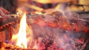 El kebab se preparó en la parrilla en el restaurante metrajes