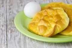 El Keto Egg el pan en un tablero de madera del tablón para la dieta quetogénica Fotos de archivo libres de regalías