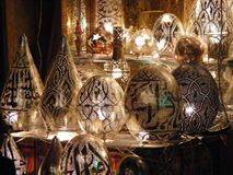 妇女供营商在可汗el khalili souq市场上的卖铜灯在埃及开罗 库存图片