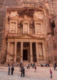 El Khazneh的Nabataean王国, Petra寺庙的游人在首都的 库存图片