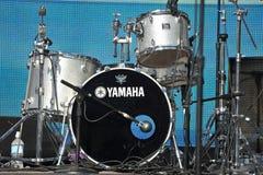 El kit del tambor de Yamaha chispea en la luz del sol Foto de archivo