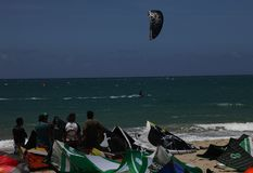 el kitesurfing en la República Dominicana del cabarette de Océano Atlántico imagenes de archivo