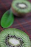 El kiwi de la fruta del corte en una servilleta de bambú Fotografía de archivo libre de regalías