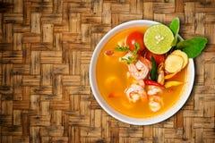 El kong o Tom del ñame de Tom yum, ñame de Tom es una sopa clara picante i típico fotos de archivo libres de regalías
