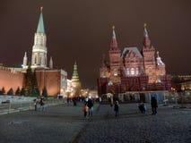 El Kremlin de Moscú por noche fotos de archivo