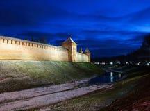 El Kremlin en Veliky Novgorod por noche Foto de archivo libre de regalías