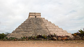 El卡斯蒂略寺庙在墨西哥的奇琴伊察玛雅废墟的Kukulcan金字塔 库存图片