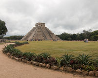 El卡斯蒂略寺庙在墨西哥的奇琴伊察玛雅废墟的Kukulcan金字塔 免版税库存照片