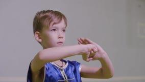 El kung-fu del muchacho del adolescente hola dos manos así como el puño derecho en la palma izquierda es el saludo chino del arte almacen de metraje de vídeo