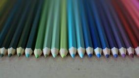 El lápiz coloreado en textura de madera, se cierra encima de la cantidad del lápiz colorido almacen de video