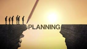 El lápiz escribe el 'PLANEAMIENTO', conectando el acantilado Hombre de negocios que cruza el acantilado, concepto del negocio