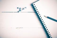 El lápiz y la libreta con empuje fijan estilo del vintage Fotografía de archivo libre de regalías