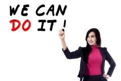 El líder de sexo femenino escribe una palabra de la motivación Imágenes de archivo libres de regalías