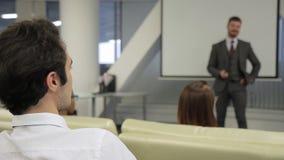 El líder del hombre comunica con el empleado en la conferencia en compañía metrajes