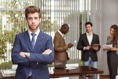 El líder del hombre de negocios con los brazos cruzó en el ambiente de trabajo Imagen de archivo