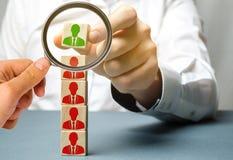 El líder elige a la persona en el equipo Trabajador talentoso Opción acertada Personal de alquiler Búsqueda del empleado promueva imagen de archivo