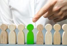 El líder elige a la persona en el equipo Trabajador talentoso Personal de alquiler Búsqueda del empleado promueva Gestión de recu fotografía de archivo libre de regalías