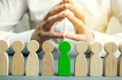 El líder elige a la persona en el equipo Trabajador talentoso Personal de alquiler Búsqueda del empleado promueva Gestión de recu imagenes de archivo