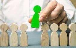 El líder elige a la persona en el equipo Trabajador talentoso Personal de alquiler Búsqueda del empleado promueva Gestión de recu foto de archivo libre de regalías