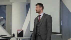 El líder joven habla en la reunión oficial en compañía principal almacen de video