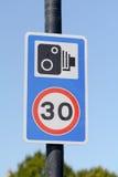 el límite de velocidad de 30 mph y las cámaras spped presentan la señal de tráfico Imagen de archivo libre de regalías