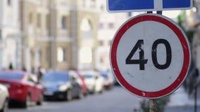 El límite de velocidad firma adentro la calle de la ciudad el día de verano metrajes