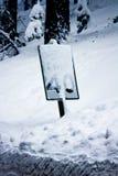 El límite de velocidad firma adentro una tormenta Fotografía de archivo libre de regalías