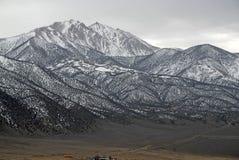 El límite inminente enarbola en las montañas, el Nevada 13er y el punto álgido blancos del estado Fotos de archivo
