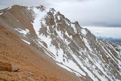 El límite inminente enarbola en las montañas, el Nevada 13er y el punto álgido blancos del estado Imagen de archivo libre de regalías
