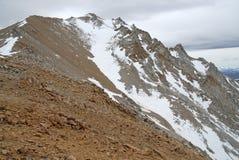 El límite inminente enarbola en las montañas, el Nevada 13er y el punto álgido blancos del estado Imagenes de archivo