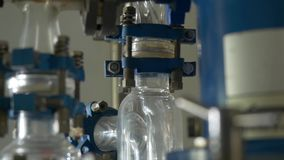 El líquido atraviesa un tubo transparente Experiencia en laboratorio químico almacen de metraje de vídeo