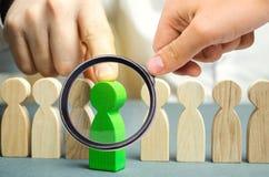 El l?der elige a la persona en el equipo Trabajador talentoso Personal de alquiler B?squeda del empleado promueva Gesti?n de recu fotos de archivo