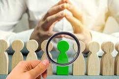 El l?der elige a la persona en el equipo Trabajador talentoso Personal de alquiler B?squeda del empleado promueva Gesti?n de recu imagen de archivo
