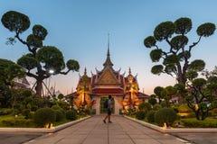 El la atmósfera dentro de la señal del templo de Wat Arun e icónico de Bangkok fotos de archivo libres de regalías