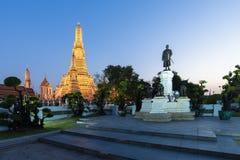 El la atmósfera dentro de la señal del templo de Wat Arun e icónico de Bangkok imagen de archivo libre de regalías